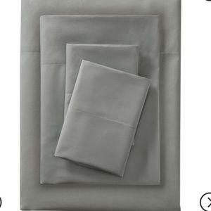 Gray queen sheets and pillow cases (2)